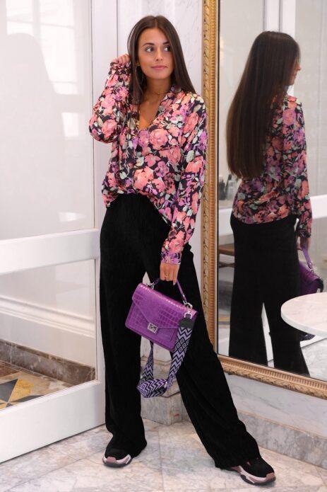 Chemisier noir à motif floral avec pantalon palazzo noir