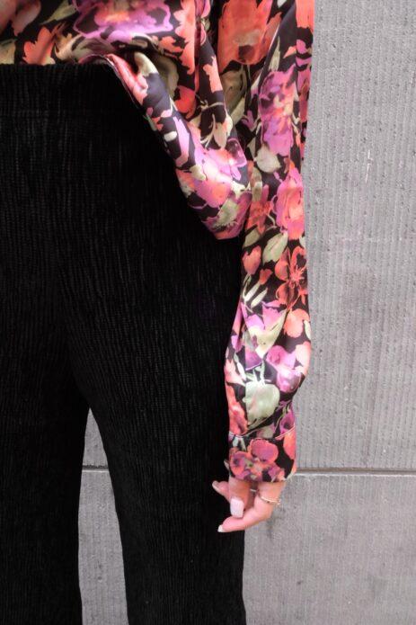 Pantalon noir en velours côtelé détails
