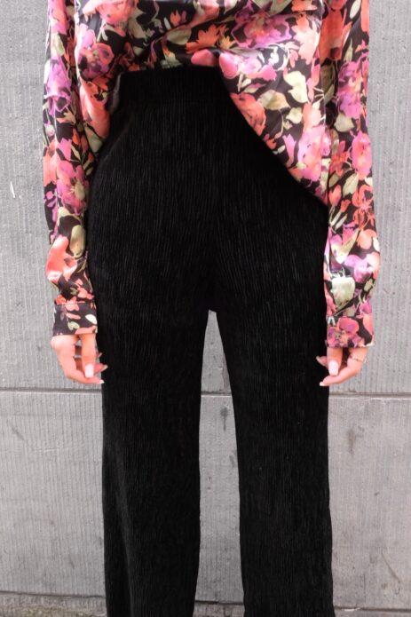 Pantalon noir en velours côtelé vue de face