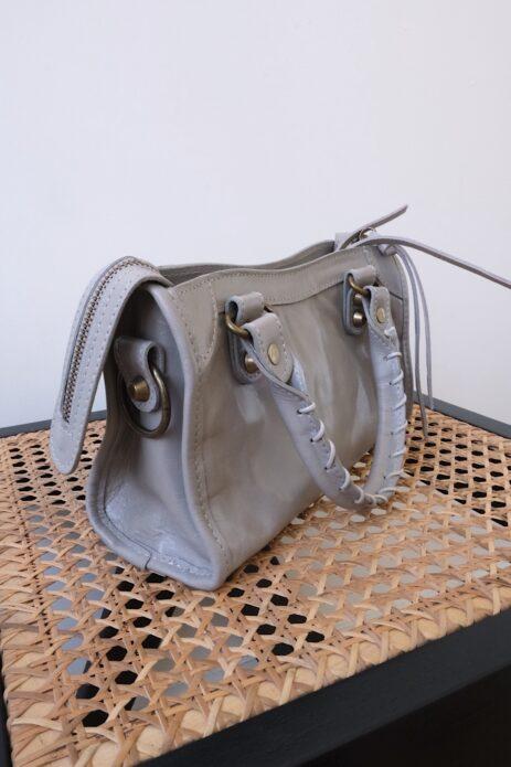 Mini sac gaga gris vue de côté