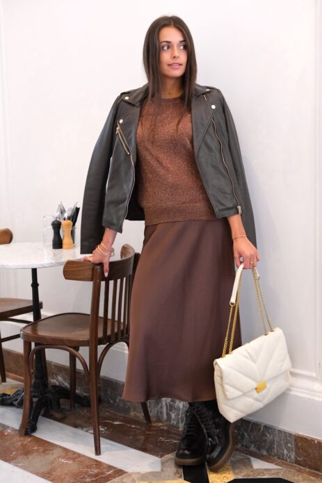T-shirt pailleté lurex marron avec jupe midi satinée marron et perfecto noir