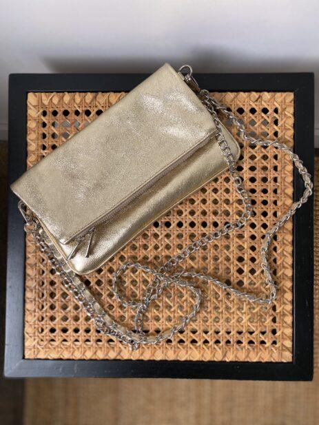 Sac pochette doré métallisée avec chaînes argentées