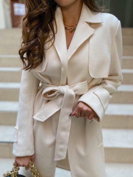 Manteau écru attaché vue de face
