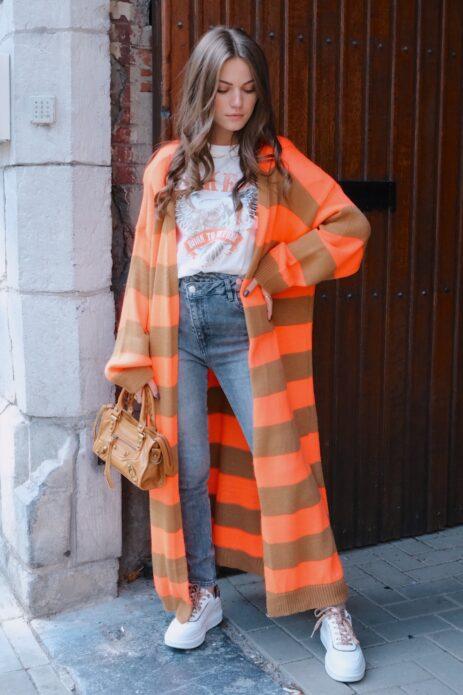 Long gilet orange et camel avec jeans gris et t-shirt rock vue de face