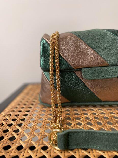 Sac métallisé couleur vert et bronze avec chaîne dorée détails