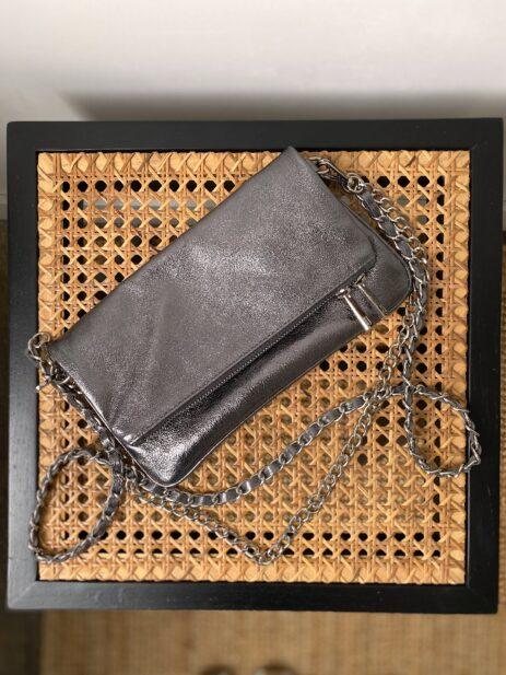 Sac pochette gris foncé métallisée avec chaînes argentées