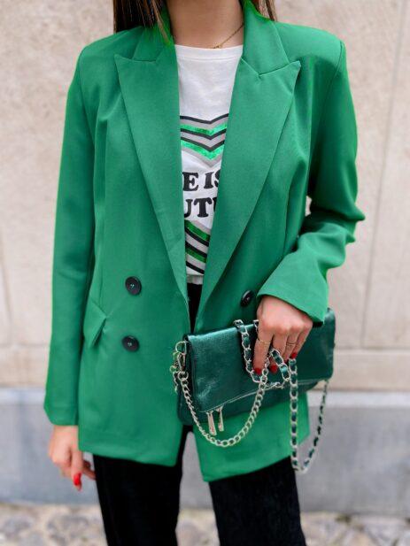 Blazer vert porté avec un pantalon noir et un t-shirt à motif coeur détails vue de face