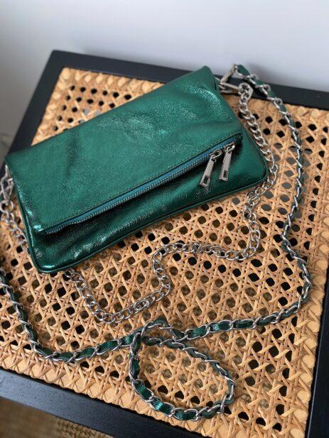 Sac pochette vert métallisée avec chaînes argentées