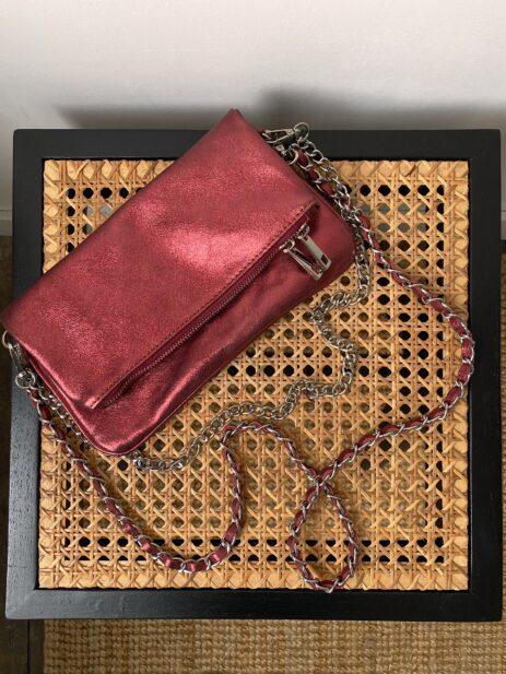 Sac pochette rouge métallisée avec chaînes argentées